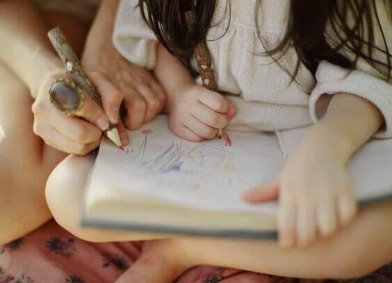 Realizzare dei disegni è una delle tecniche di studio che i bambini possono adottare