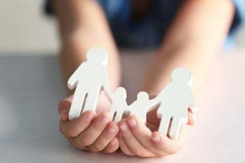 Bambino mostra un oggetto che riproduce i vincoli familiari