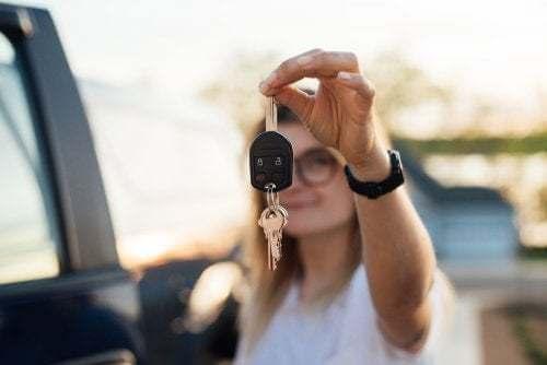 Aspetti legali riguardanti i figli maggiorenni: figlia mostra le chiavi della macchina