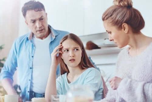 Genitori che rimproverano la figlia perché sono una famiglia disfunzionale