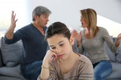 Bambina triste perché i genitori litigano