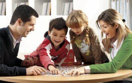Famiglia che fa un gioco da tavolo