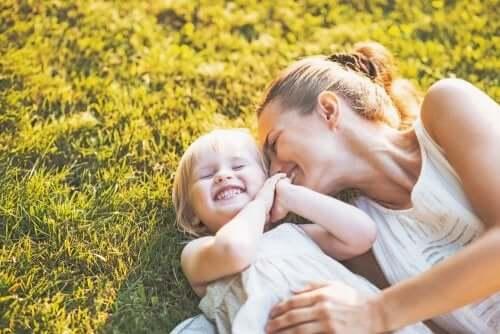 Mamma e figlia ridono sull'erba