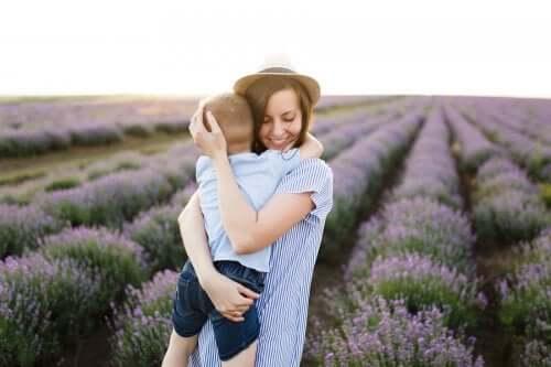 Mamma che abbraccia il figlio in un campo di lavanda
