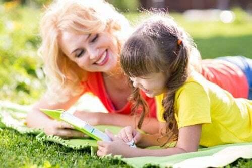 Mamma e figlia fanno i compiti delle vacanze