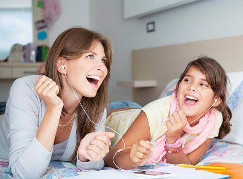 Mamma e figlia che ascoltano musica