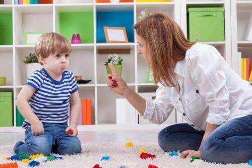 Mamma rimprovera il bambino figli irrispettosi