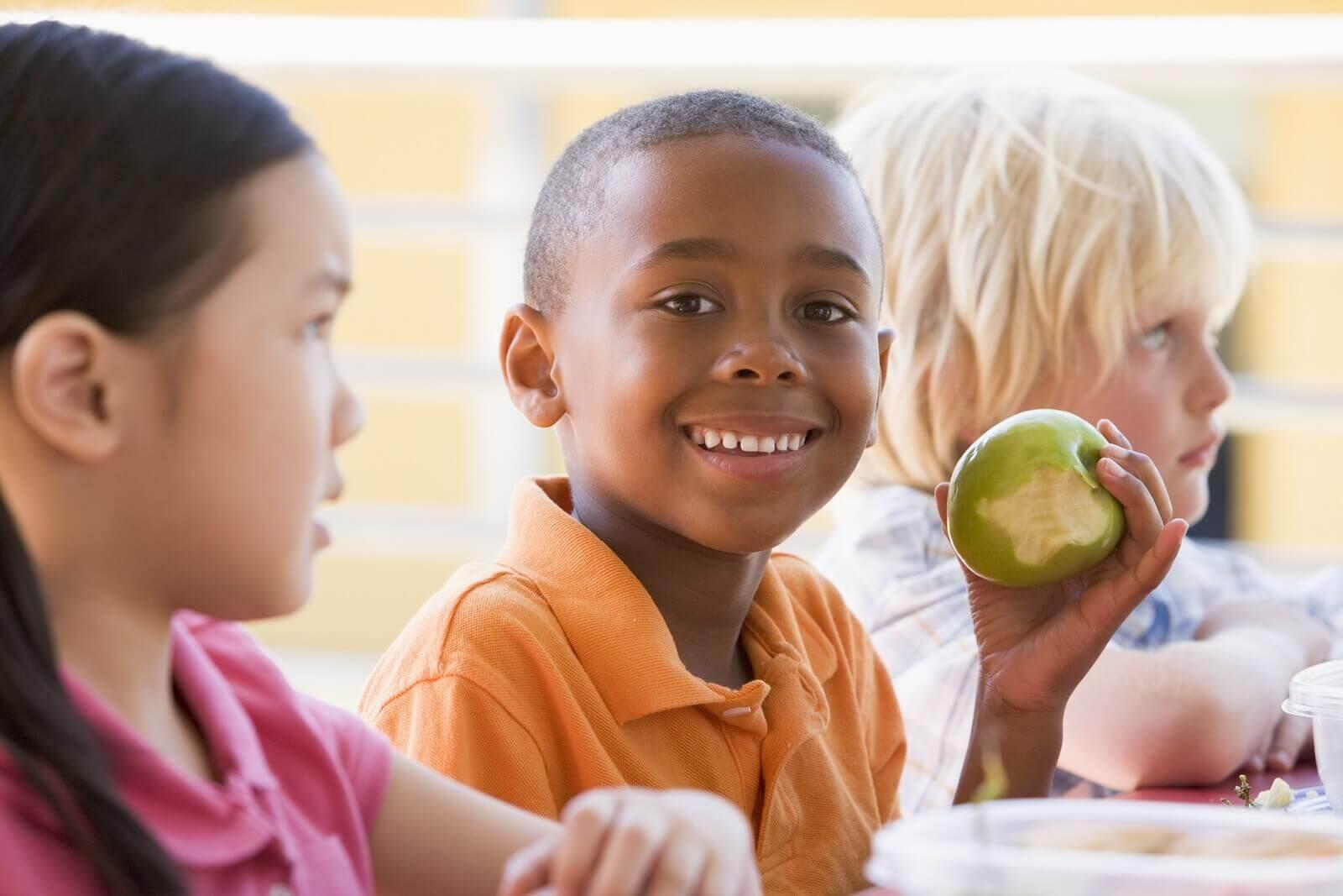 Una mela è sempre una delle migliori merende che potete dare ai vostri figli
