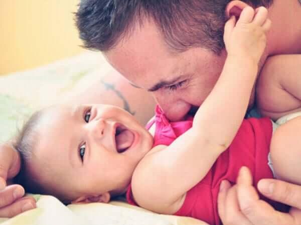 Padre con neonata