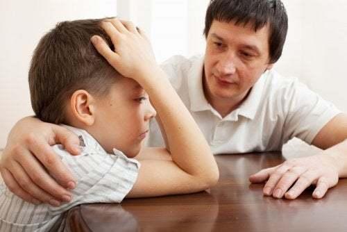 Padre consola il figlio infelice