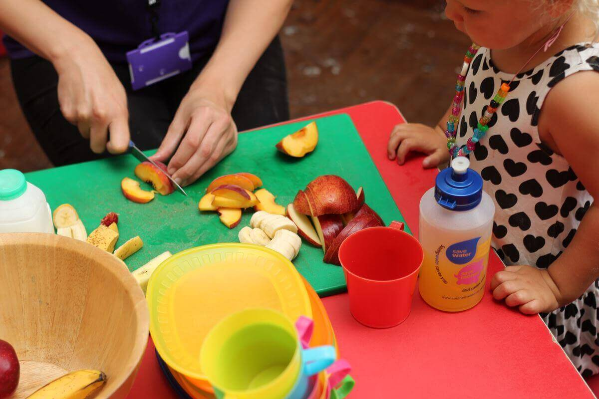 I chips di mela sono tra le migliori merende sane che possiate offrire ai vostri bambini