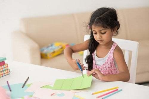 Bambina che realizza un'attività creativa