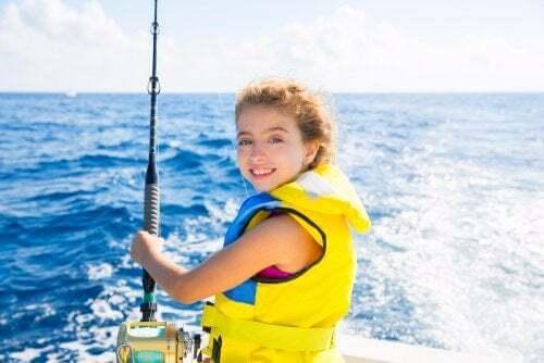 Bambina con giubbotto di salvataggio.