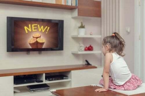 Bambina che guarda la pubblicità