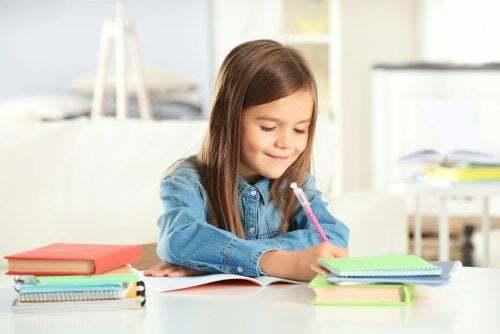 Bambina che fa schemi per studiare