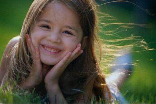 Bambina sorridente e felice