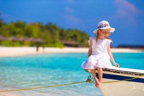Bambina su una barca.