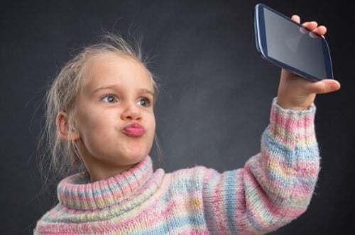 Bambina vanitosa si fa un selfie