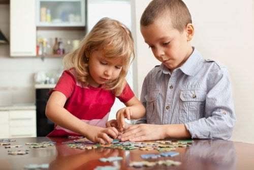 Bambini che fanno un puzzle
