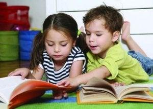Bambini che leggono racconti per promuovere l'uguaglianza e combattere gli stereotipi