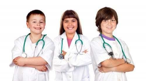 Bambini che giocano a fare i dottori