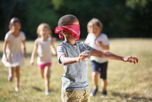Bambino bendato gioca con altri