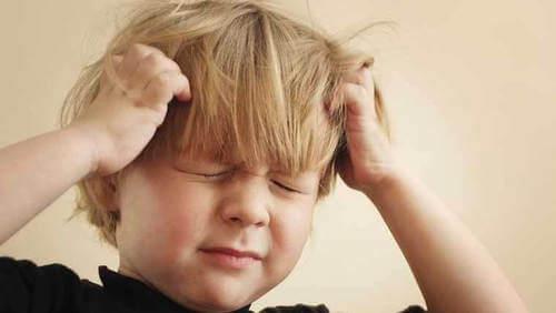 Bambino con mal di testa