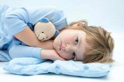 Perché mio figlio fa ancora la pipì a letto?