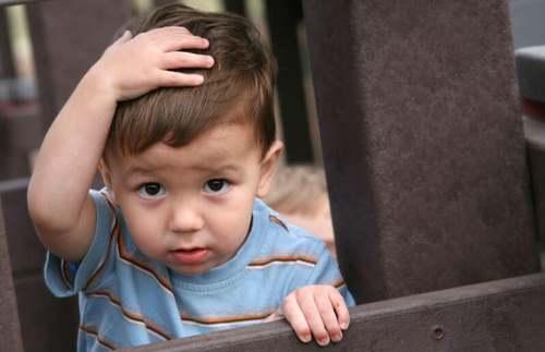Bambino che sbatte la testa
