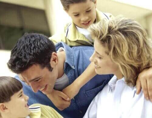 Ciò che conta non è esagerare con i regali per i bambini, ma trascorrere del tempo in loro compagnia