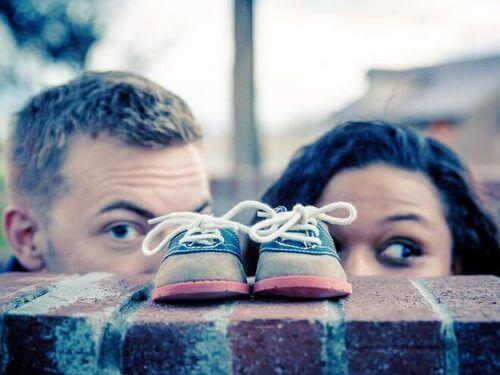 Genitori che guardano delle scarpette