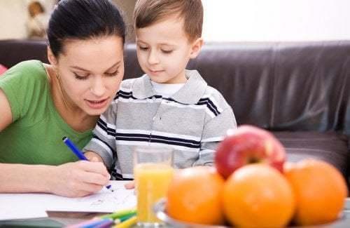 Mamma e figlio che fanno i compiti