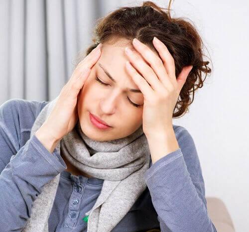 Donna con i sintomi della menopausa precoce