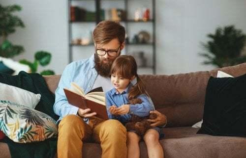 Padre e figlia che leggono