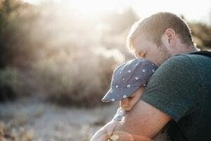 Padre abbraccia il figlio: imparare a dire no
