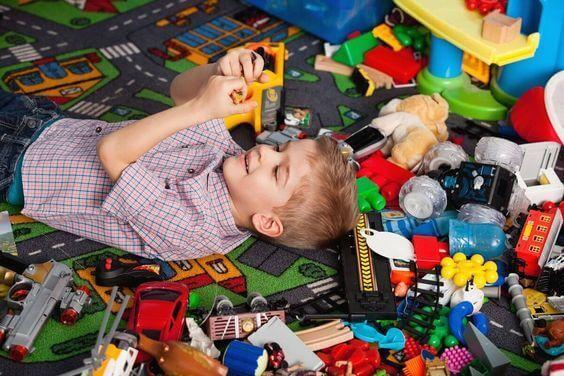 Regalare troppi giocattoli al bambino limita la sua immaginazione