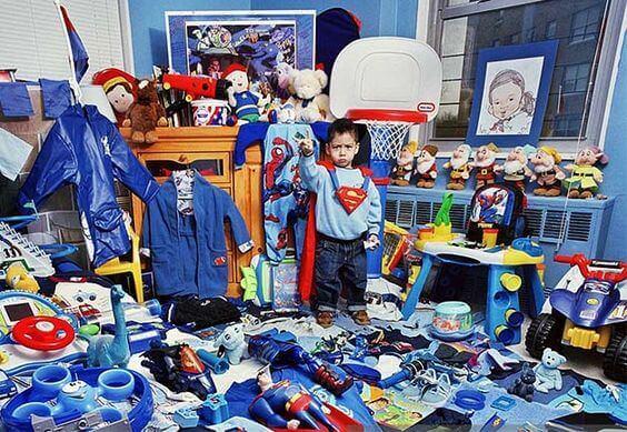 Regalare troppi giocattoli al bambino può creare gravi problemi allo sviluppo del suo carattere