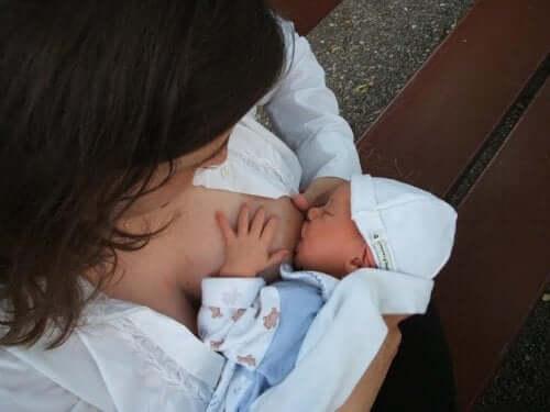 Allattare il neonato al seno