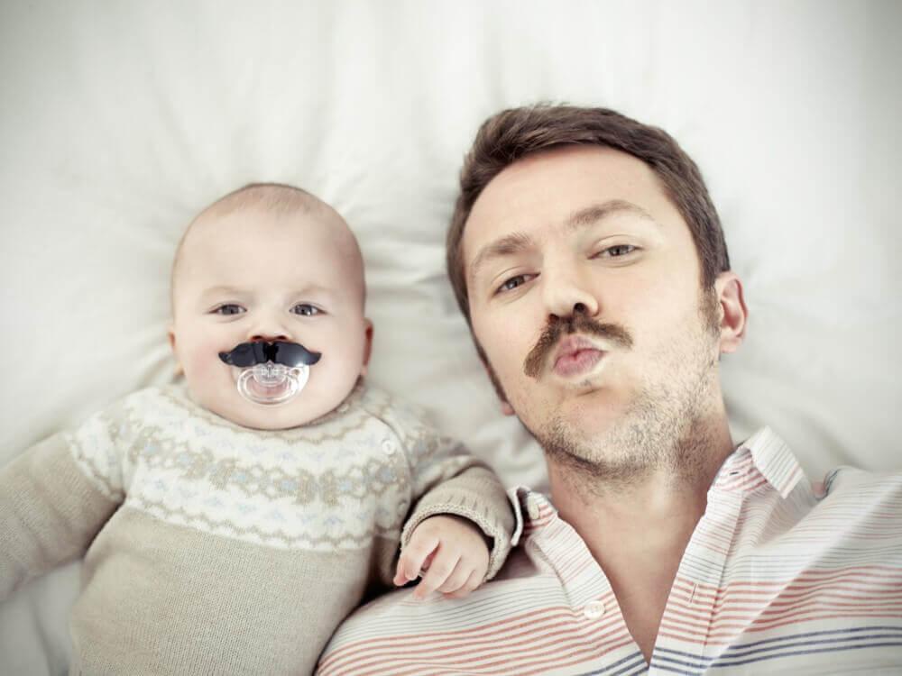 Padre e figlio con i baffi
