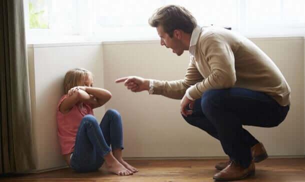 Padre che rimprovera la figlia