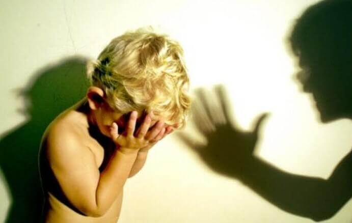 Bambino che piange per i rimproveri