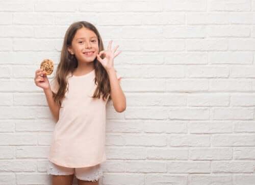 bambina che sorride con biscotto in mano