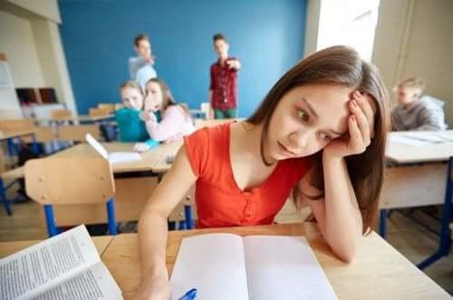bambina vittima di bullismo in classe
