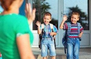 Bambini davanti la scuola