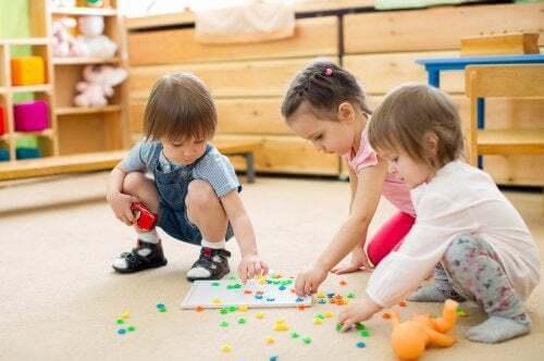 Bambini all'asilo che giocano
