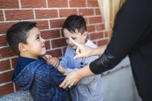 bambino rimproverato dall'insegnate per atti di bullismo