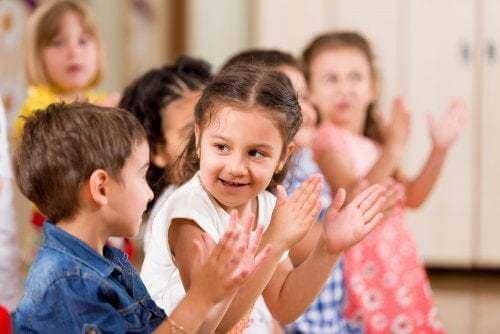 Bambini che battono le mani insieme