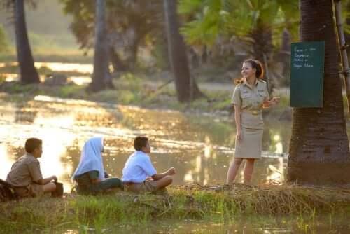 bambini e insegnante durante una lezione all'aperto