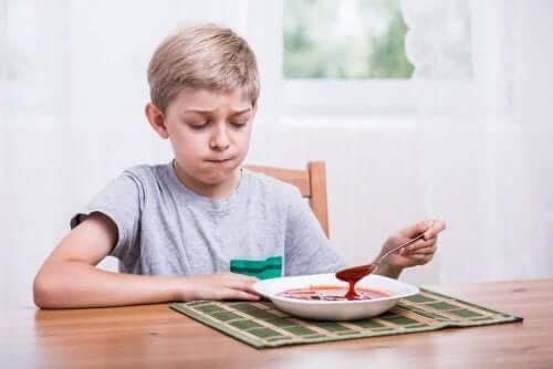 bambino a cui non piace la minestra