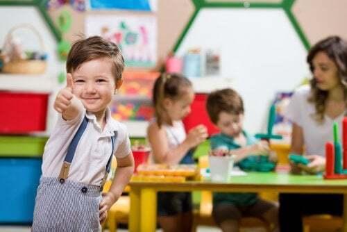 Bambino che gioca alla scuola materna